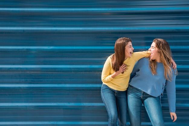 Retrato, de, duas meninas, frente, um, parede Foto gratuita