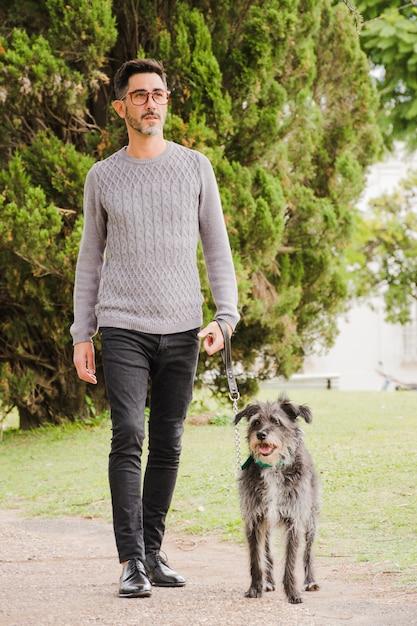 Retrato, de, elegante, homem, com, seu, cão Foto gratuita