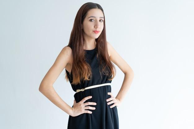 Retrato, de, elegante, jovem, femininas, modelo, posar, em, estúdio Foto gratuita