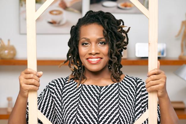 Retrato de empresária africana Foto gratuita