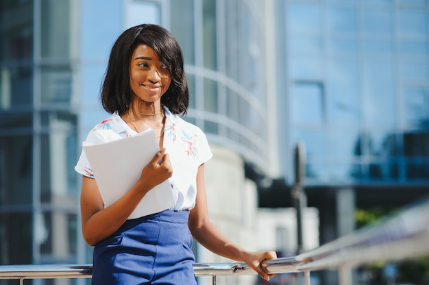 Retrato de empresária afro-americana, cintura para cima Foto Premium