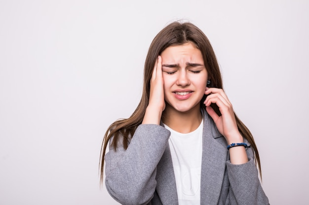 Retrato de empresária estressada sobre fundo branco Foto gratuita