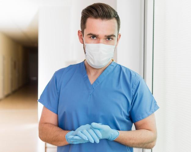 Retrato, de, enfermeira, desgastar, máscara luvas Foto gratuita