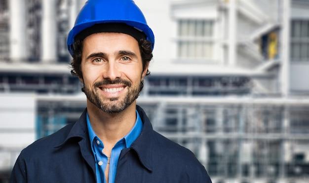 Retrato de engenheiro em uma planta de site Foto Premium
