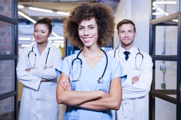 Retrato, de, equipe médica, ficar, com, braços cruzaram, em, hospitalar Foto Premium