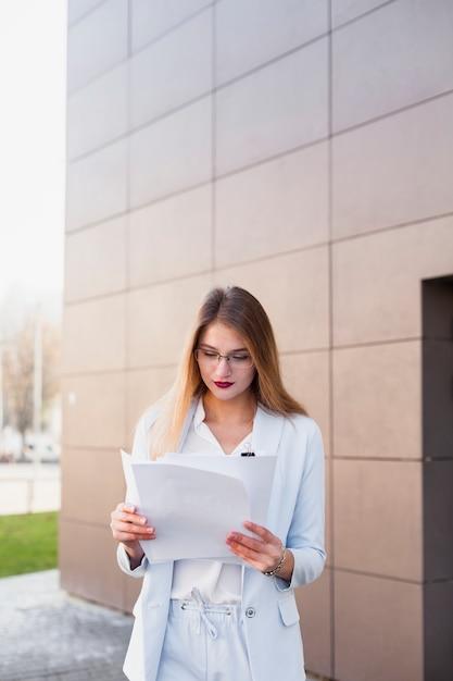 Retrato de estilo de vida de mulher de negócios Foto gratuita