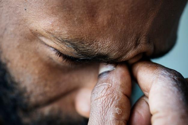 Retrato, de, estressado, homem preto Foto gratuita