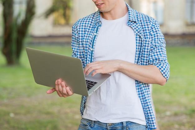 Retrato, de, estudante, com, laptop Foto gratuita