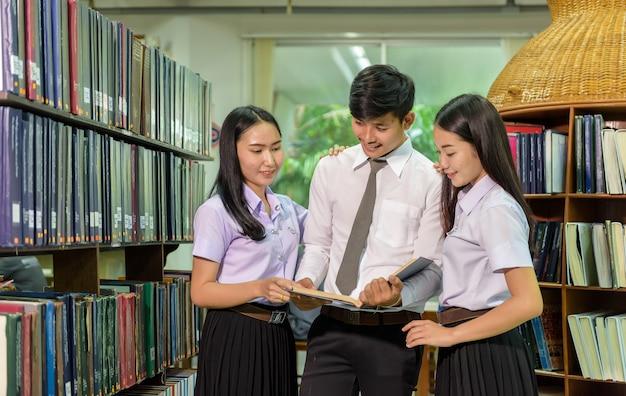Retrato, de, estudantes, estudar, em, biblioteca, olhar, a, visualizador, com, um, alegre Foto Premium