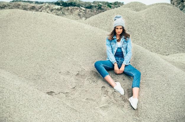 Retrato de estúdio de moda de uma mulher loira bonita e bonita com maquiagem sexy brilhante, vestindo camiseta e chapéu urbano elegante, Foto Premium
