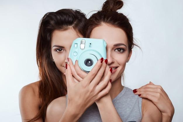 Retrato de estúdio estilo de vida de duas melhores amigas hipster garotas loucas Foto Premium