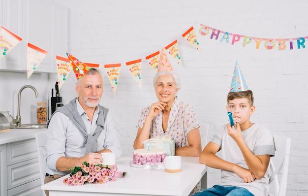 Retrato, de, família, com, bolo aniversário Foto gratuita