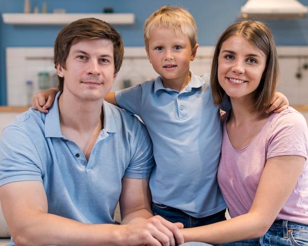 Retrato de família com filho adorável Foto gratuita