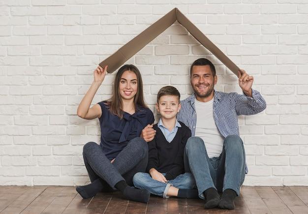 Retrato de família feliz em casa Foto Premium
