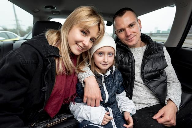Retrato de família feliz no carro Foto gratuita