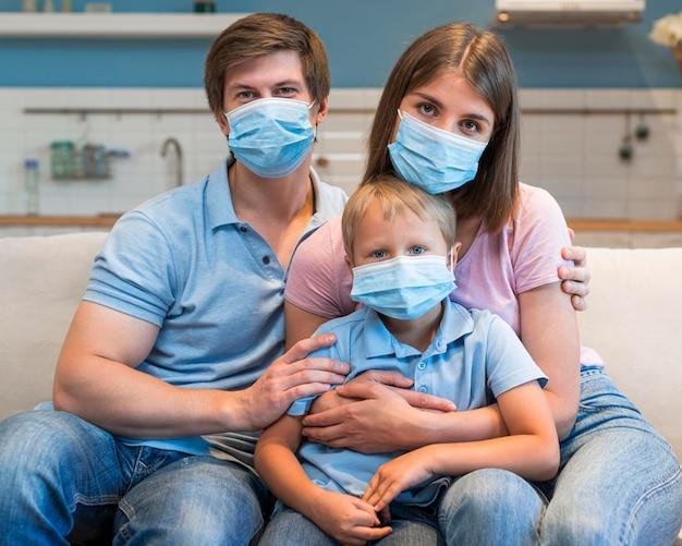 Retrato de família usando máscaras Foto Premium