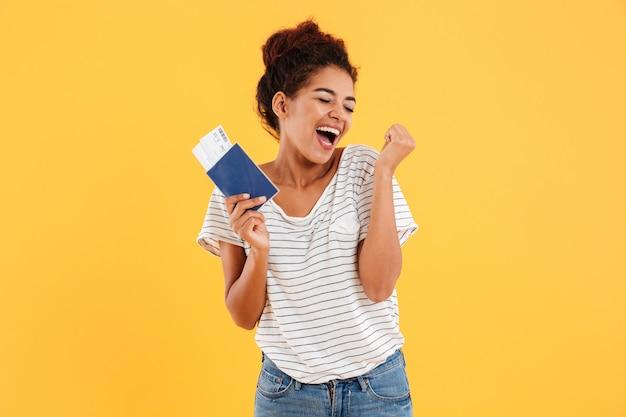 Retrato de feliz alegre segurando passaporte internacional isolado Foto gratuita