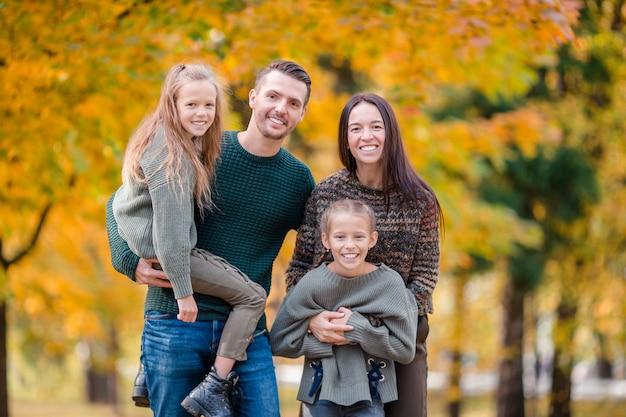 Retrato, de, feliz, família quatro, em, outono Foto Premium