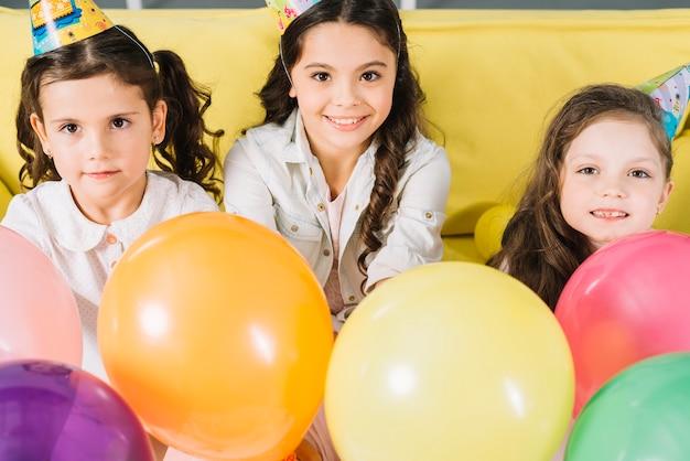 Retrato, de, feliz, meninas, com, balões coloridos Foto gratuita