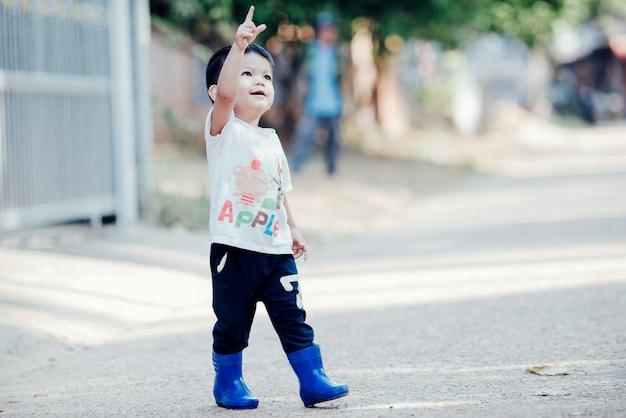 Retrato, de, feliz, menino asian, ao ar livre, em, imagem, com, espaço cópia Foto gratuita