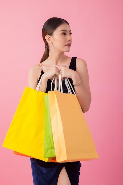 Retrato, de, feliz, mulher sorridente, segure saco shopping Foto gratuita