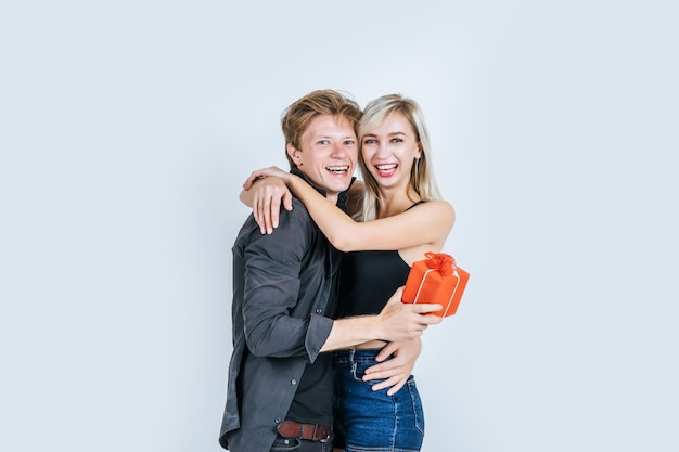Retrato, de, feliz, par jovem, amor, junto, surpresa, com, caixa presente Foto gratuita