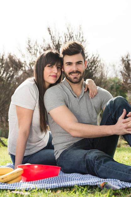 Retrato, de, feliz, par jovem, ligado, piquenique Foto gratuita