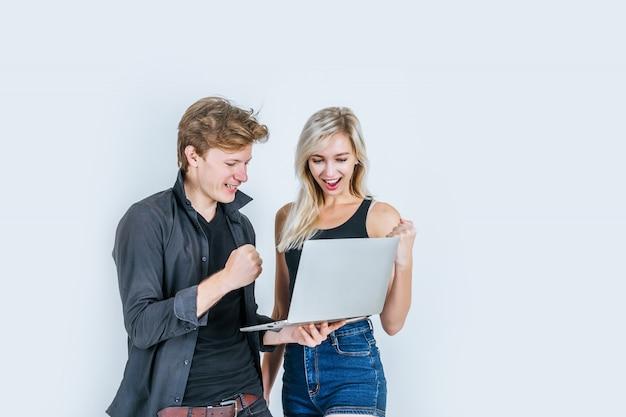 Retrato, de, feliz, par jovem, usando computador laptop Foto gratuita