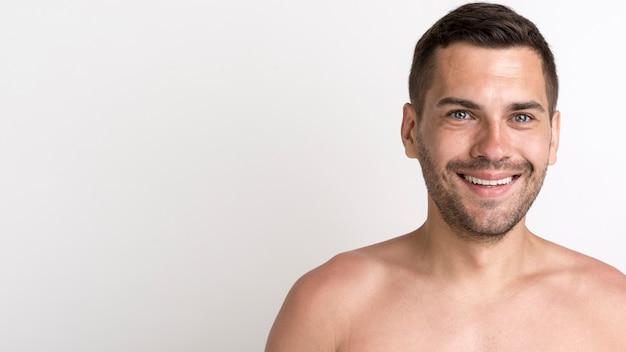 Retrato, de, feliz, shirtless, homem, contra, branca, fundo Foto gratuita