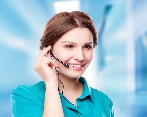 Retrato, de, feliz, sorrindo, alegre, jovem, apoio, telefone, operador, em, headset, mostrando, copyspace, área, ou, algo Foto Premium
