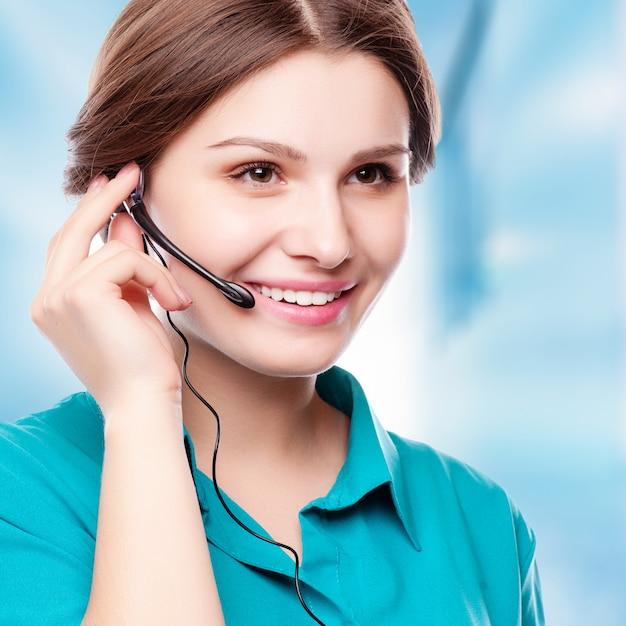 Retrato, de, feliz, sorrindo, alegre, jovem, apoio, telefone, operador, em, headset Foto Premium