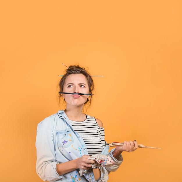 Retrato, de, femininas, artista, com, pincéis Foto gratuita