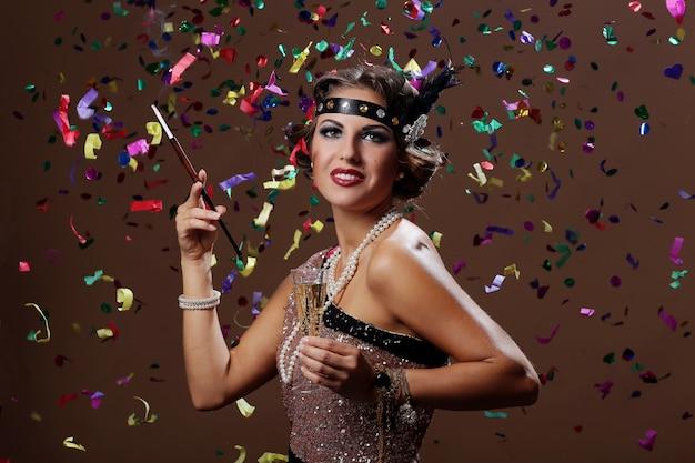 Retrato de festeira em estúdio Foto gratuita