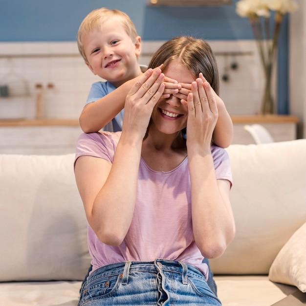 Retrato de filho adorável brincando com a mãe Foto Premium