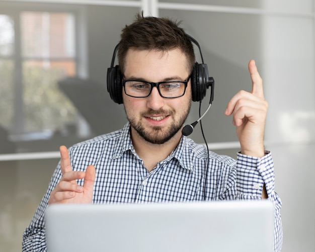 Retrato de funcionário com fone de ouvido Foto Premium