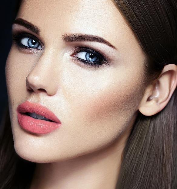 Retrato de glamour sensual da senhora modelo linda mulher com cor de lábios nus e rosto de pele limpa e saudável Foto gratuita