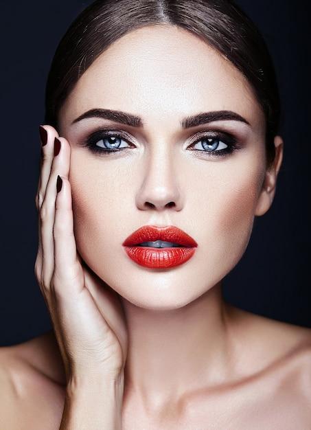 Retrato de glamour sensual da senhora modelo linda mulher com lábios vermelhos cor e rosto de pele limpa e saudável Foto gratuita
