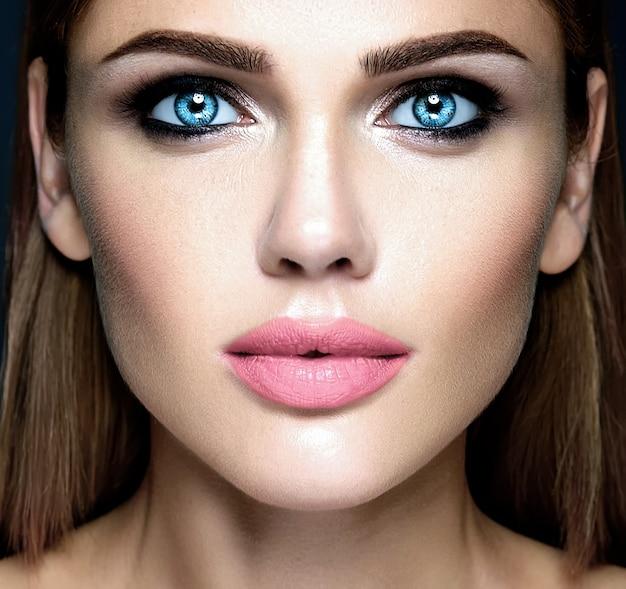 Retrato de glamour sensual da senhora modelo linda mulher com maquiagem diária fresca Foto gratuita
