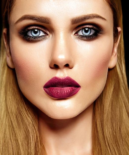 Retrato de glamour sensual da senhora modelo linda mulher loira com maquiagem diária fresca com lábios roxos cor e pele limpa e saudável Foto gratuita
