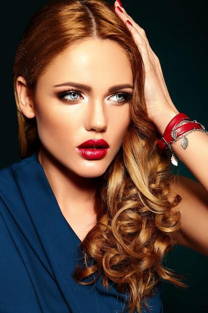 Retrato de glamour sensual do modelo de mulher bonita com maquiagem diária fresca com cor de lábios vermelhos e pele limpa, saudável. Foto gratuita