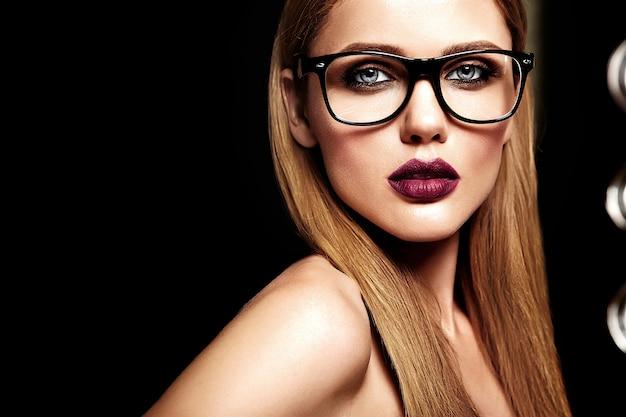 Retrato de glamour sensual do modelo de mulher loira bonita com maquiagem diária fresca com lábios roxos cor e pele limpa e saudável em copos Foto gratuita