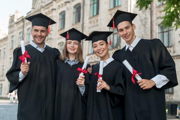 Retrato, de, grupo, de, estudantes, celebrando, seu, graduação Foto Premium
