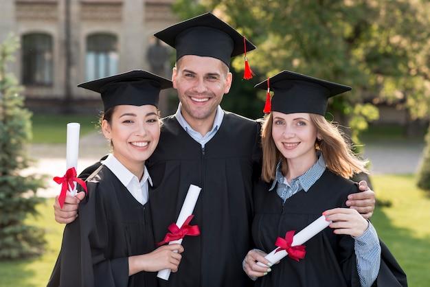 Retrato, de, grupo, de, estudantes, celebrando, seu, graduação Foto gratuita