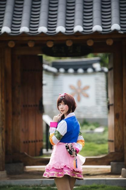 Retrato de hanbok traje jovem olhando e sorrir no parque coreano Foto Premium