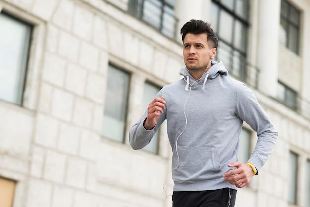 Retrato de homem adulto correndo ao ar livre Foto Premium