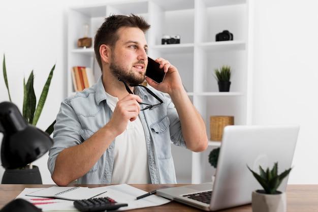 Retrato de homem adulto falando ao telefone Foto Premium