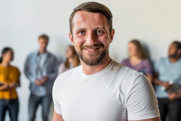Retrato de homem adulto sorrindo Foto gratuita