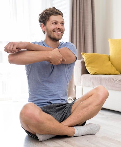 Retrato de homem adulto treinando em casa Foto Premium