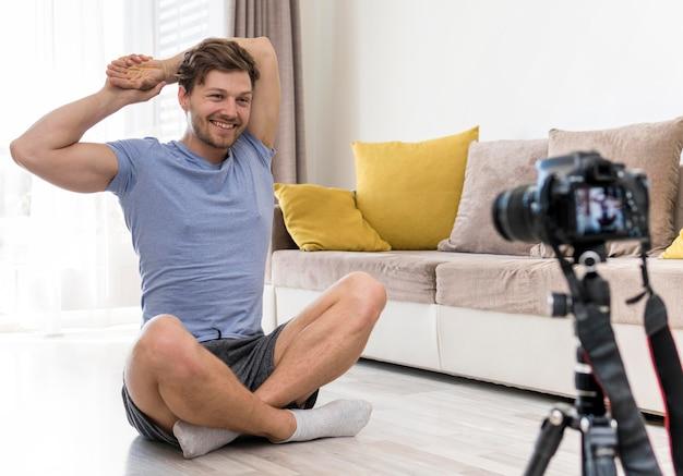 Retrato de homem adulto treinando em casa Foto gratuita