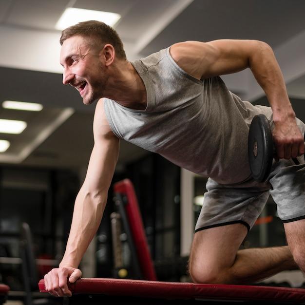 Retrato de homem apto a fazer exercícios Foto gratuita
